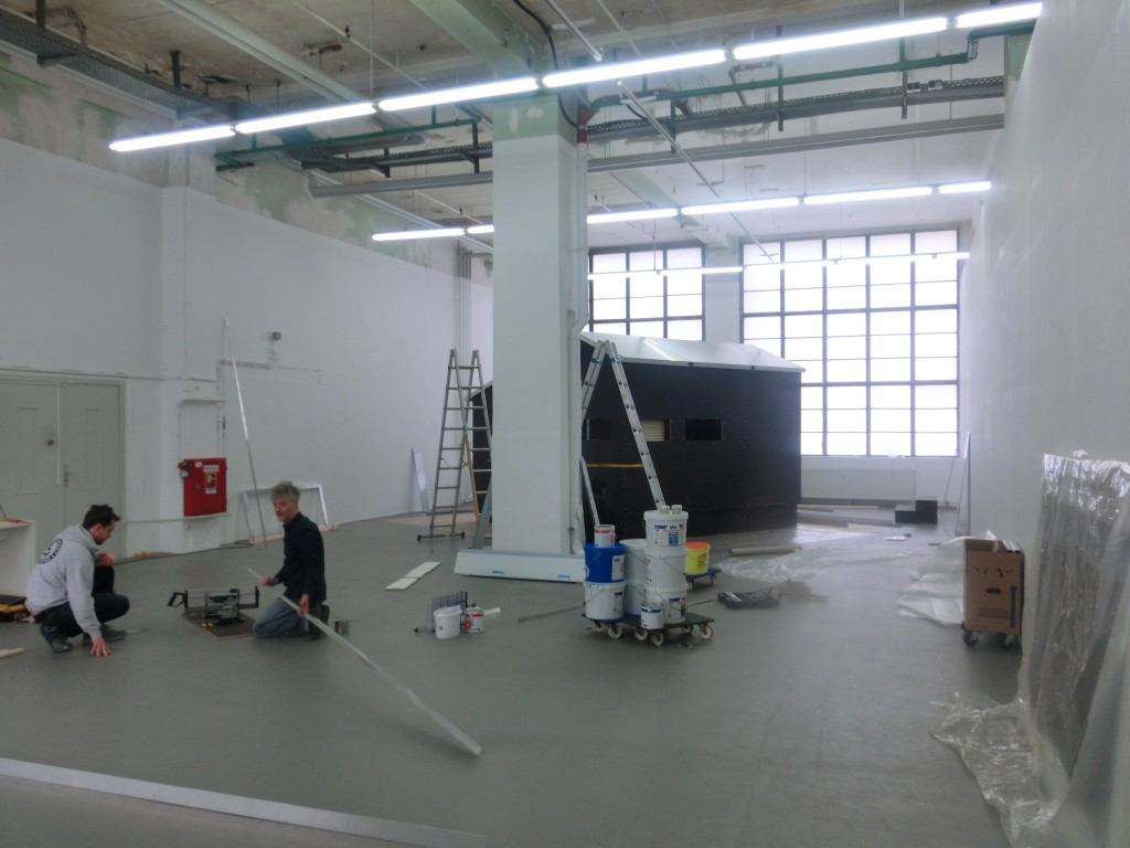 Aufbau der Installation Ich habe genug (2005 / 2014) der Künstlerin Alexandra Ranner.