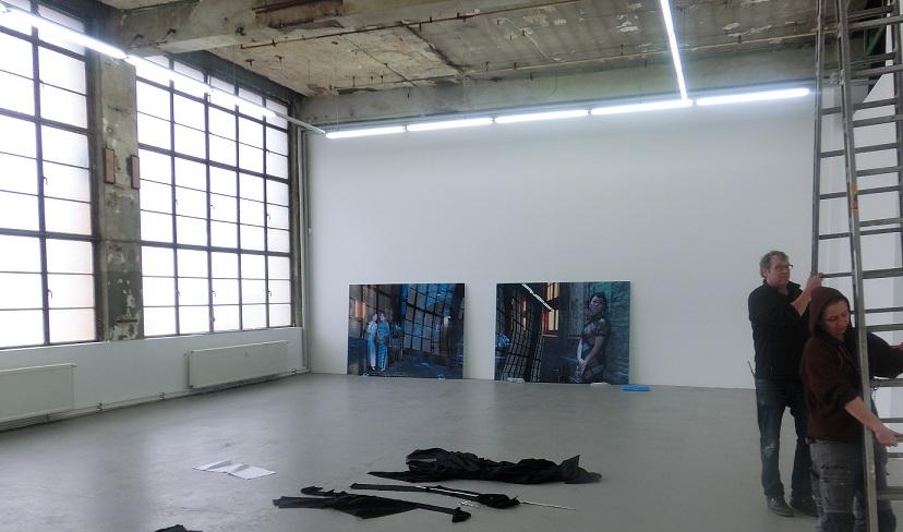 Der Ausstellungsaufbau ist im vollen Gange, als wir die Räume der Ausstellung betreten.