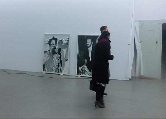 Vorbei an den Fotografien von Andrea Stappert begeben sich Alexandra Saheb und Philipp Bollmann in den nächsten Teil der Ausstellung.